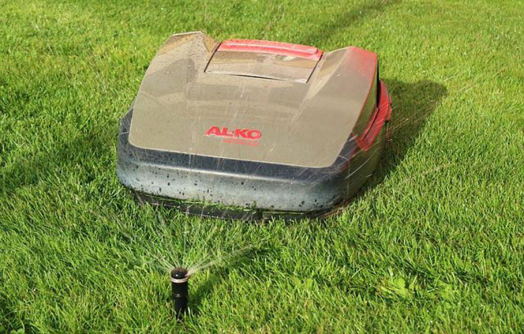 I sekačky na trávu už dnes umějí pracovat samy