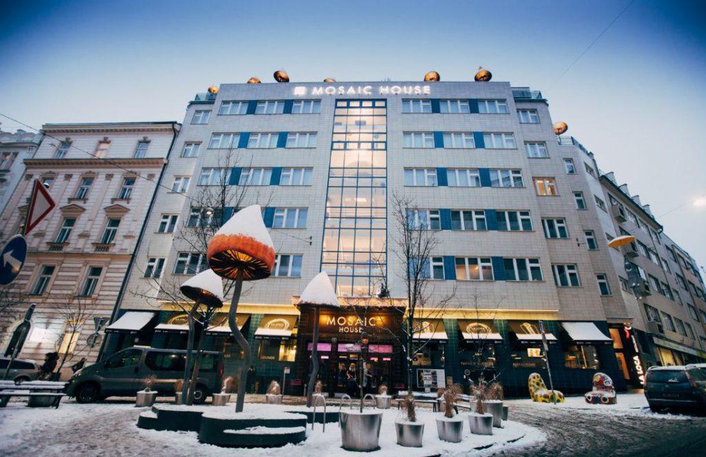 """Hotel Mosaic House se v květnu 2012 stal první certifikovanou budovou BREEAM In Use v České republice s hodnocením """"Excellent"""". Zdroj: mosaichouse.com"""