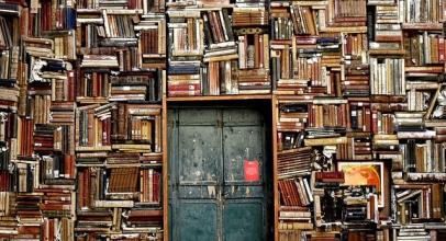 Už jste viděli knihy levitovat na zdi? Odhalte tajemství neviditelné knihovny