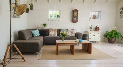 Oblečte svůj obývák tím správným hávem. Které barvy jsou trendy?