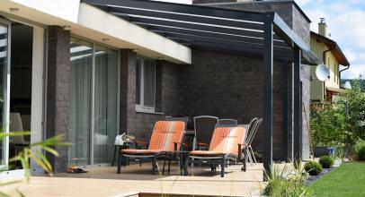 Hliníkové pergoly a ploty se pyšní nadčasovým designem a dlouhou životností. Jak je správně udržovat?
